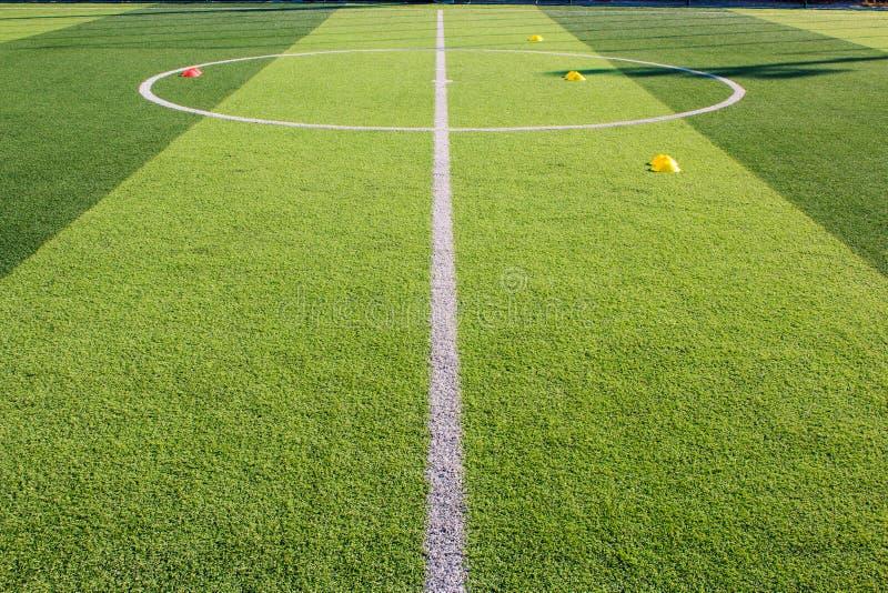 足球在人为草皮,足球学院的训练器材 库存图片