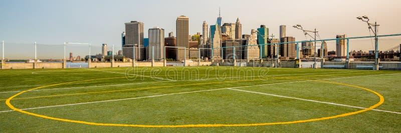 足球场和纽约地平线 库存图片