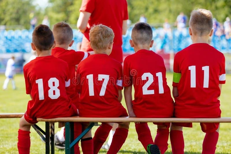 足球孩子的比赛比赛 男孩橄榄球队 打欧洲足球比赛的年轻男孩 儿童橄榄球学院 图库摄影