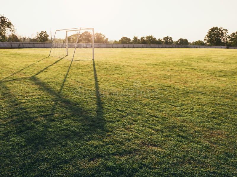 足球射门得分绿色室外日落 免版税图库摄影
