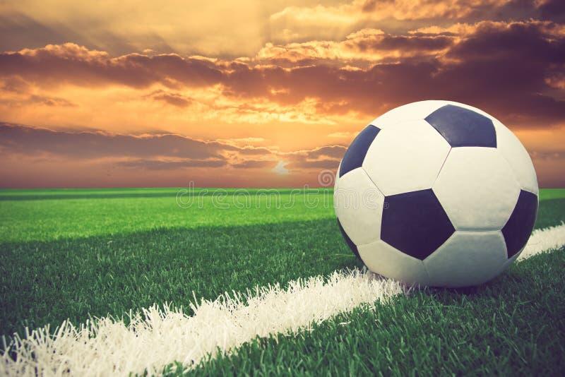 足球橄榄球场体育场草触线球 免版税库存图片