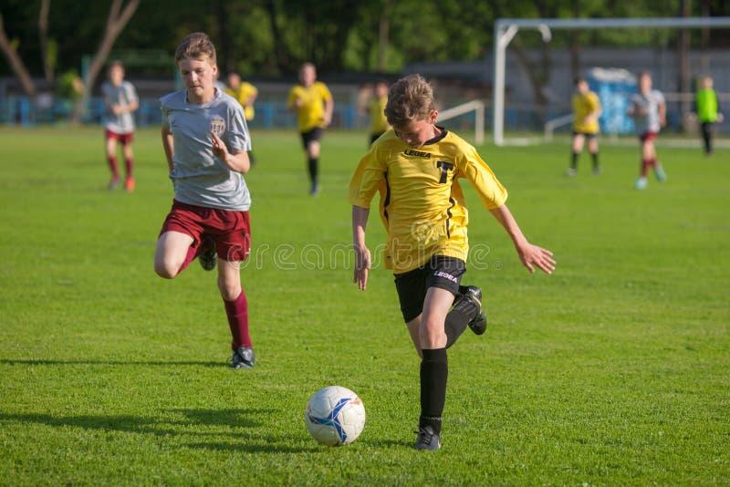 足球足球运动员战斗 免版税库存图片