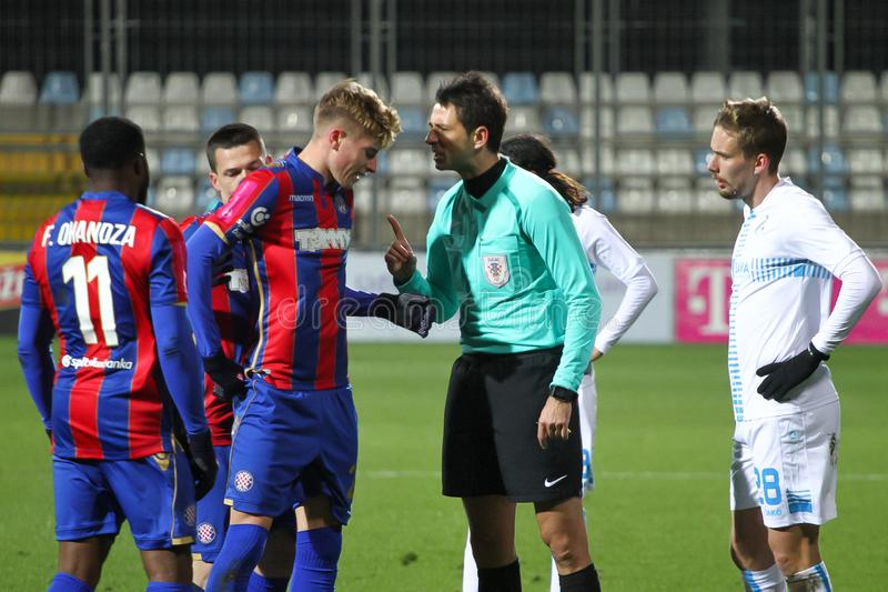 足球运动员不同意裁判员 图库摄影