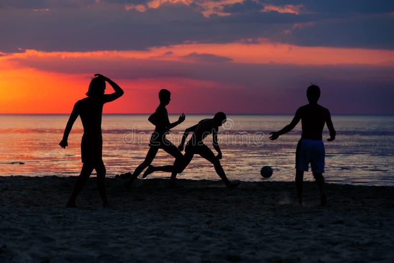 足球运动员剪影日落的 免版税库存照片