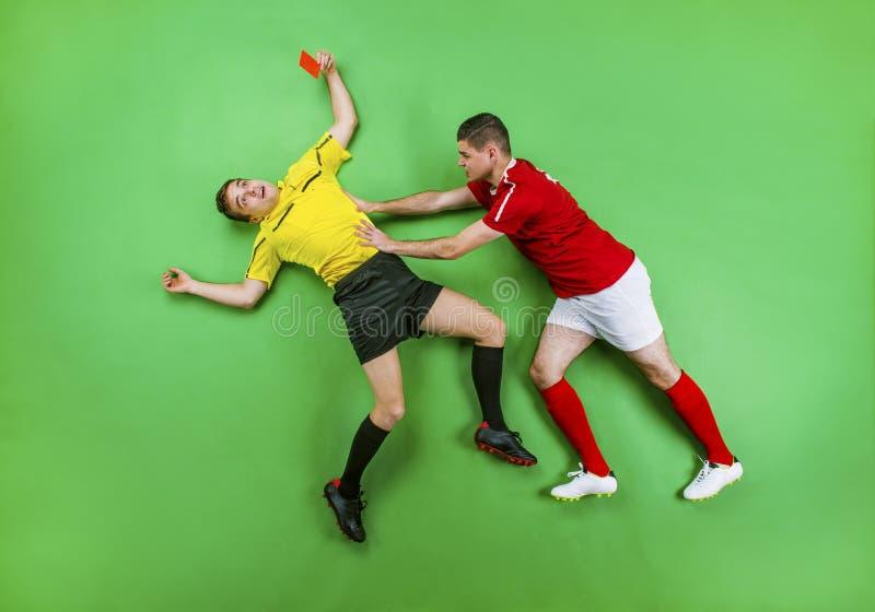 足球运动员和裁判员 免版税库存图片