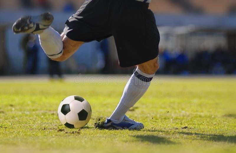 足球运动员守门员反撞力在足球比赛期间的球 免版税图库摄影