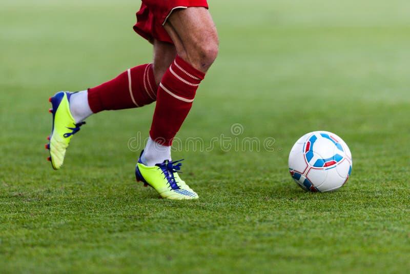 足球运动员插入球 图库摄影
