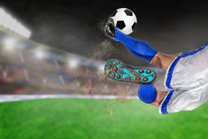 足球运动员踢的橄榄球在有拷贝的Spac室外体育场内 库存图片