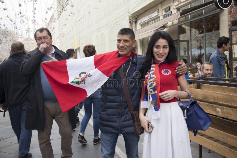 足球迷在世界杯的莫斯科到达了 爱好者保留秘鲁和阿根廷的旗子 免版税库存图片
