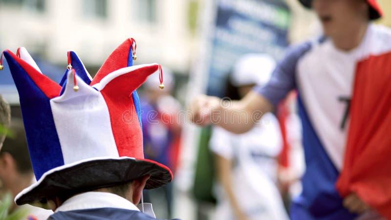 足球迷帽子的人坐论坛,欢呼为国家队,后面看法 库存图片