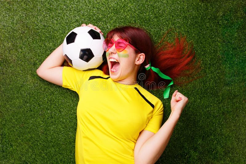 足球迷支持他们的队和庆祝目标 库存图片