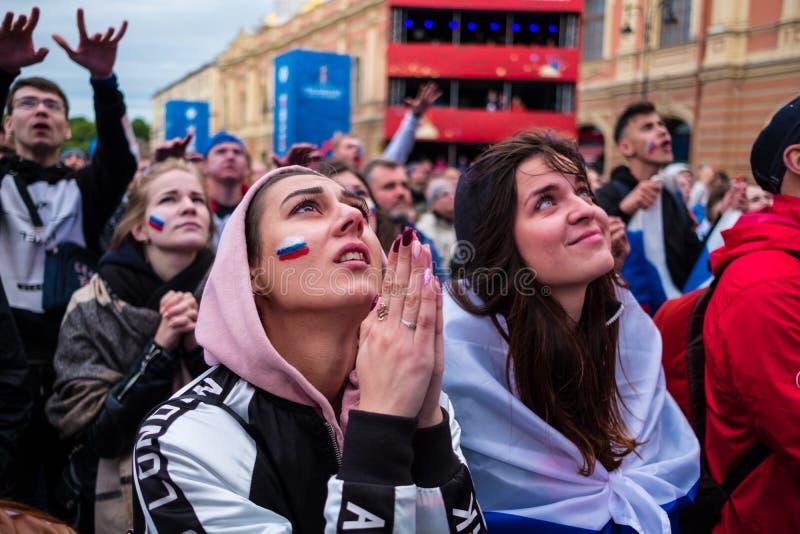 观看a_足球迷观看在俄国nationa之间的一场足球比赛. beautifuler, 朋友.