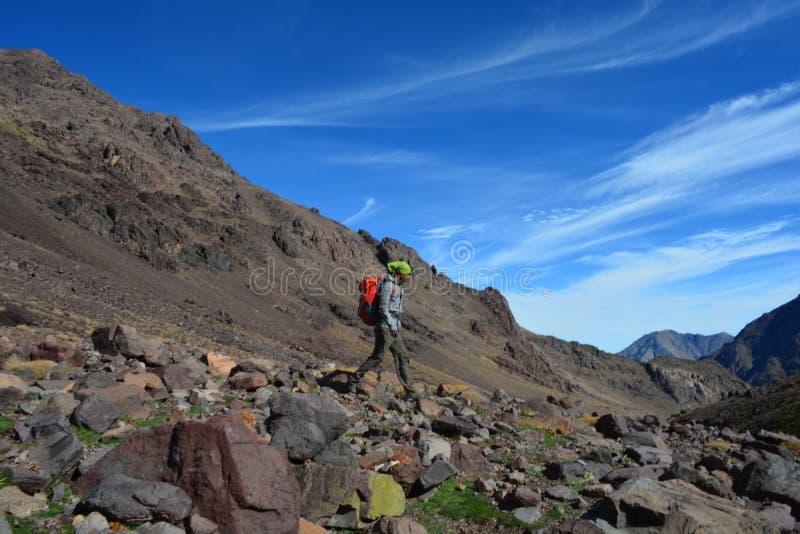 足迹向从Imlil的图卜卡勒峰在摩洛哥 北非 库存照片