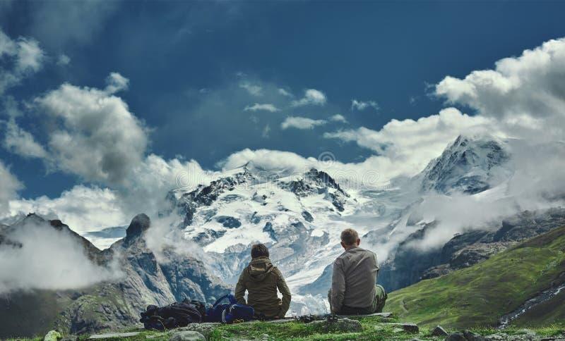 足迹的远足者在山 免版税库存照片
