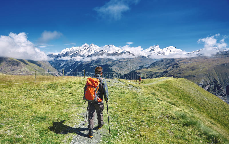 足迹的远足者在山 免版税图库摄影