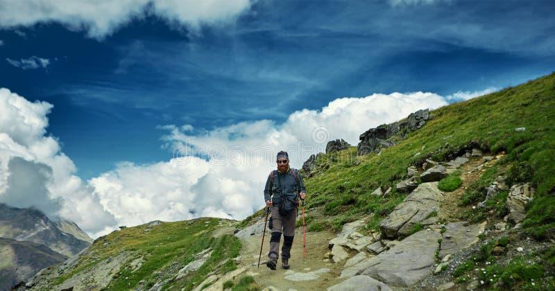 足迹的远足者在瑞士山 库存照片