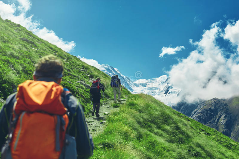 足迹的远足者在瑞士山 免版税库存照片