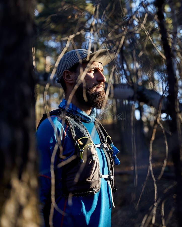 足迹赛跑者在森林里 库存照片
