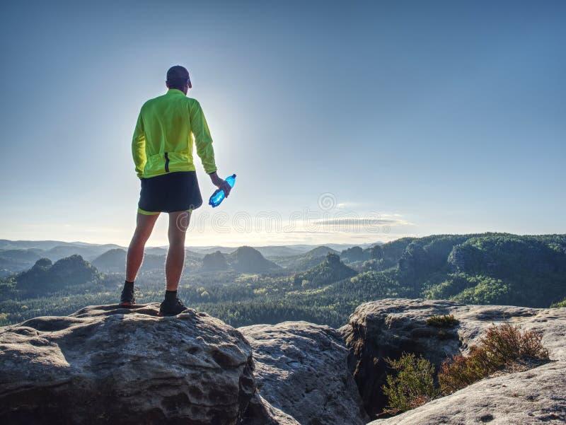 足迹赛跑者在自然地形,在低脚腕视图的身体等高 库存照片