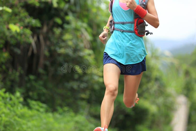 足迹跑在森林足迹的赛跑者运动员 免版税库存照片