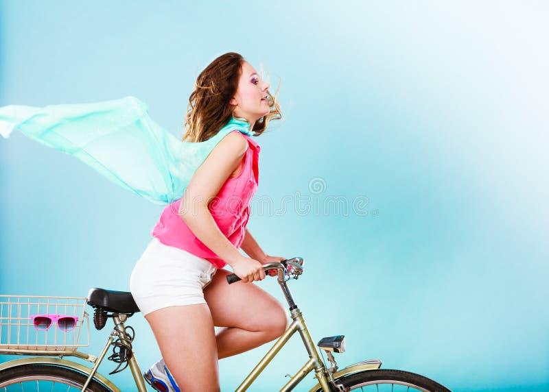 活跃妇女骑马自行车自行车 被风吹的头发 免版税库存照片
