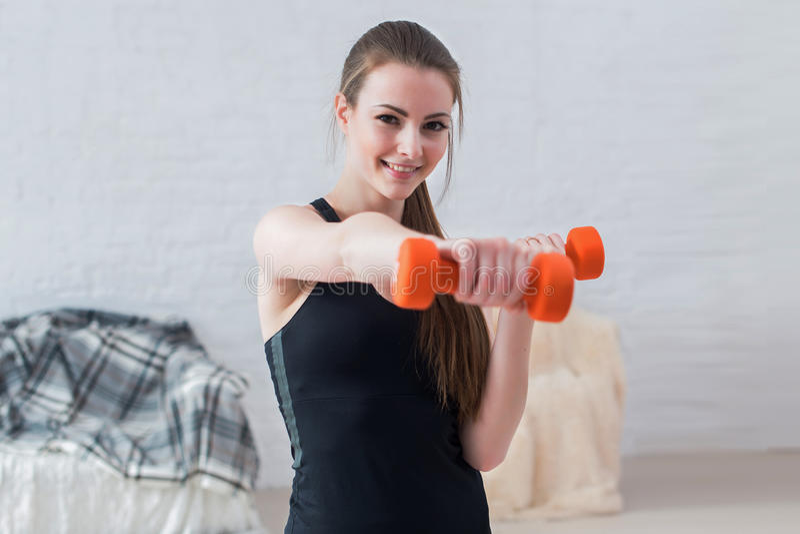 活跃嬉戏运动妇女拳击哑铃 免版税库存照片
