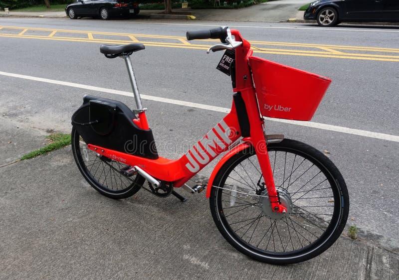 跃迁乘驾在边路的份额自行车 免版税库存图片