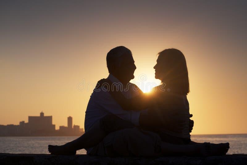 活跃退休的人,在爱的浪漫年长夫妇,亲吻 免版税库存照片