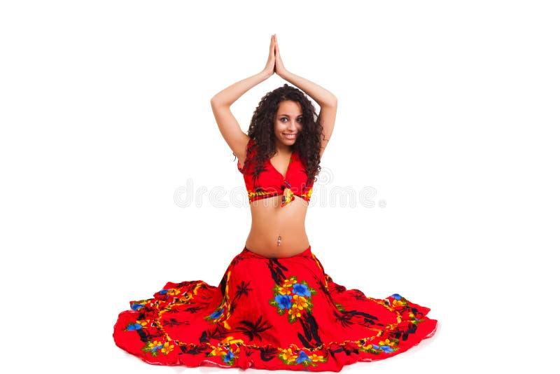 活跃阿拉伯舞蹈的美丽的非洲人 免版税库存照片