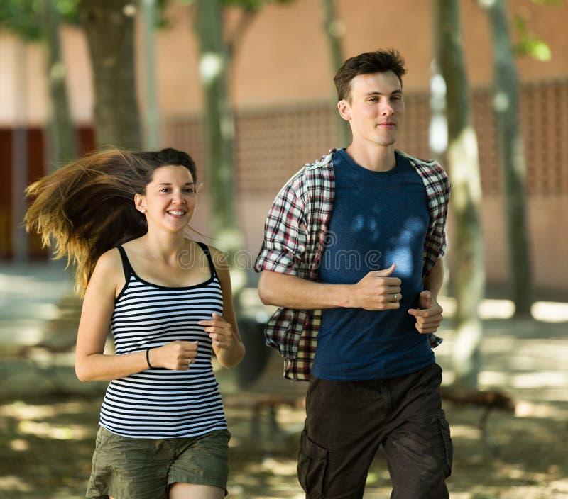 活跃青年人跑室外 免版税库存照片