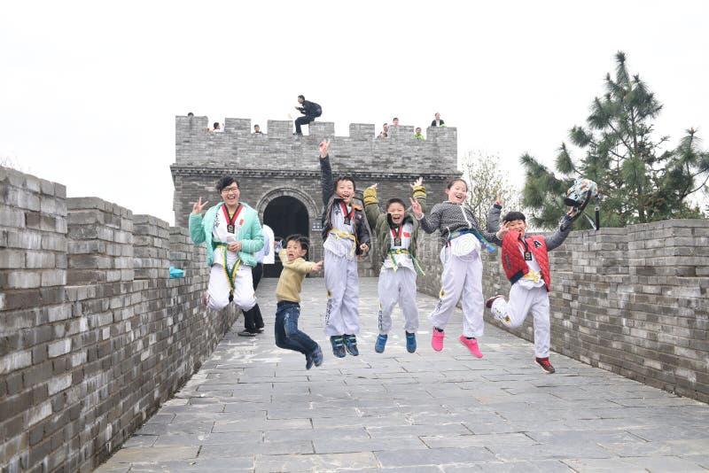跆拳道孩子在长城 免版税库存照片