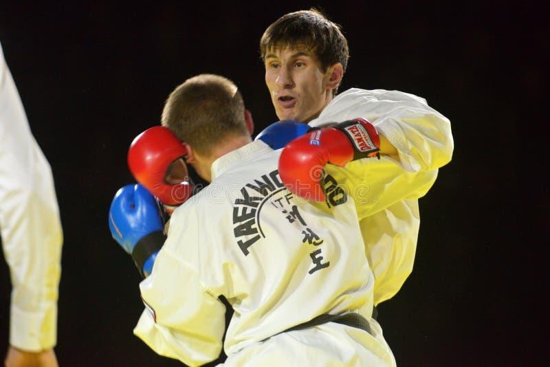 跆拳道比赛Adlan Bisayev对Evgeny Otsimik 免版税库存图片
