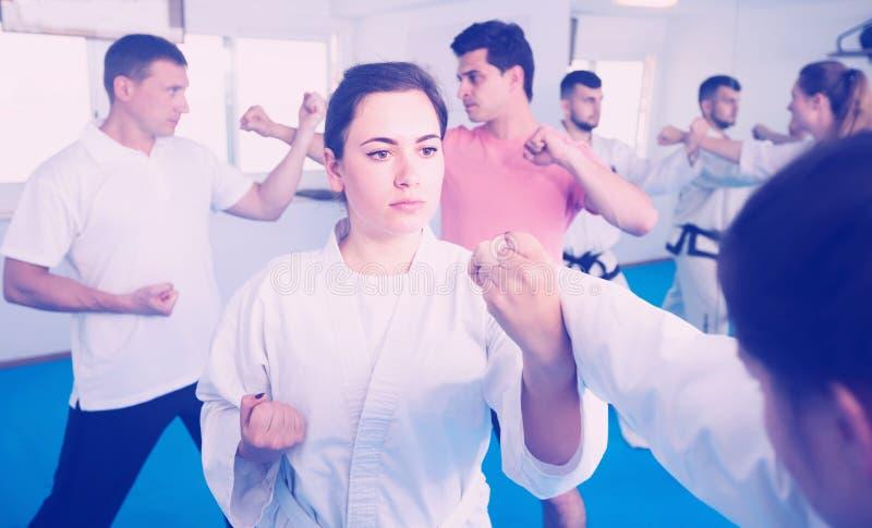 跆拳道训练的女孩在健身房 库存图片