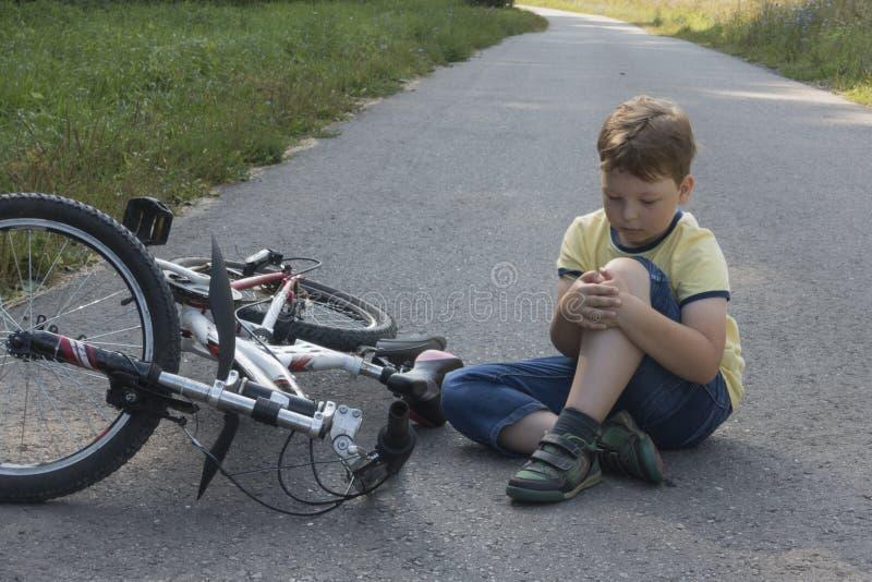 跌倒了他的在路的第一辆自行车 免版税库存图片
