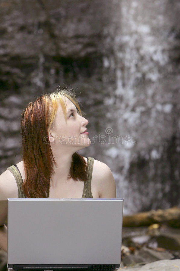 跌倒膝上型计算机妇女 库存照片