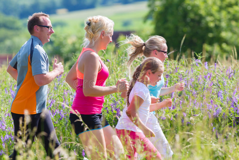 跑为更好的健身的家庭在夏天 免版税库存图片
