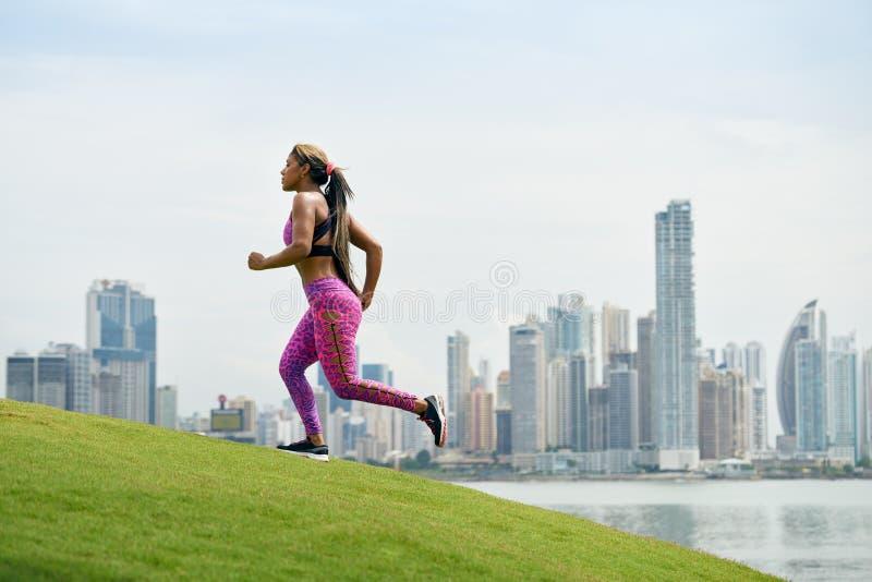 跑和解决在早晨的妇女在城市 免版税库存图片