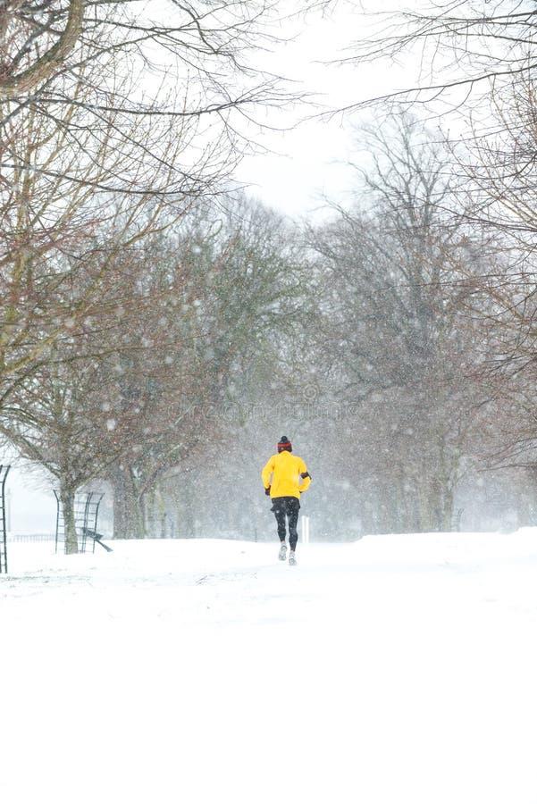 跑在一重的多雪的天的人在都伯林,爱尔兰 库存图片
