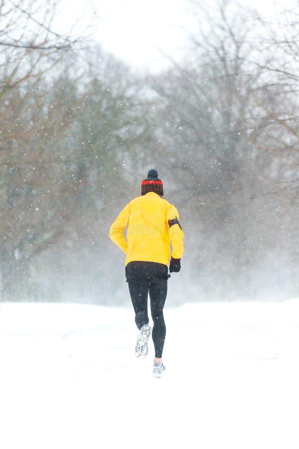 跑在一重的多雪的天的人在都伯林,爱尔兰 库存照片