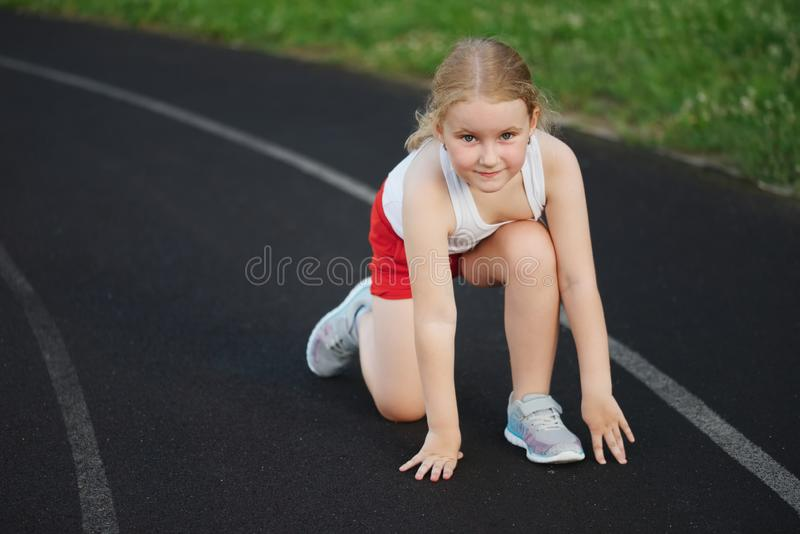 跑在体育场的愉快的女孩 图库摄影