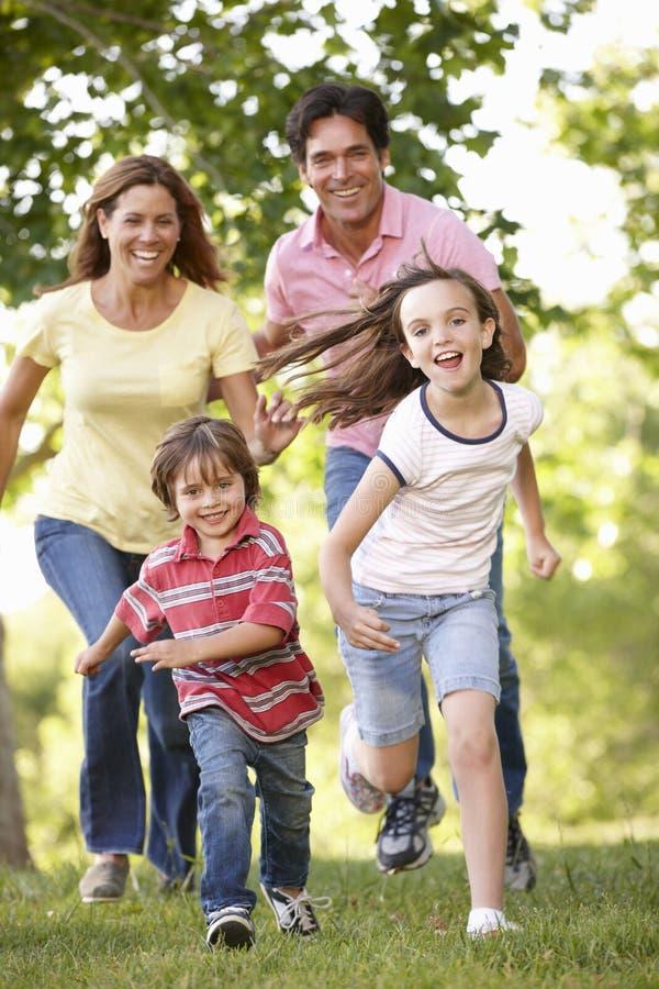 跑在公园的家庭 免版税库存照片