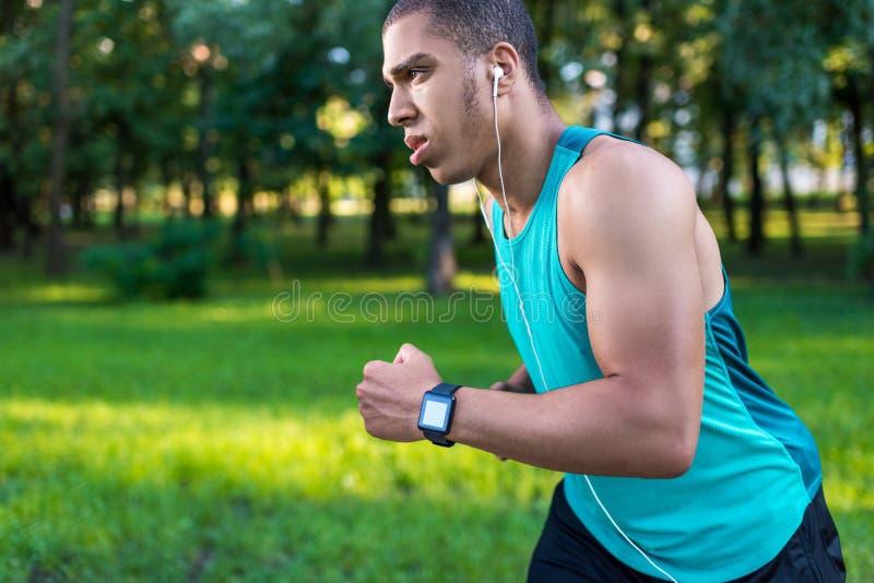 跑在公园的非裔美国人的运动员 免版税图库摄影