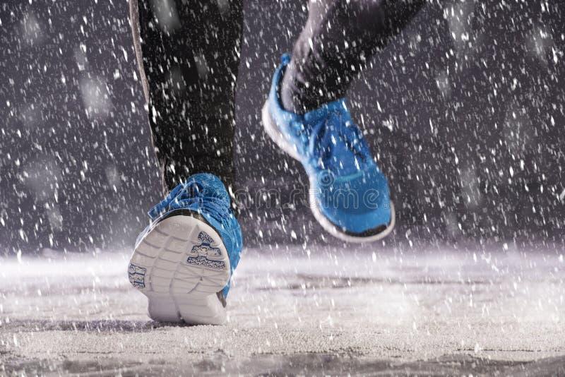 跑在冬天的人 库存照片