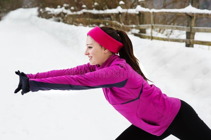 跑在冬天的妇女 免版税库存照片