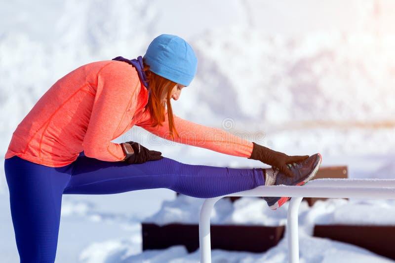跑在冬天的少妇 免版税库存图片
