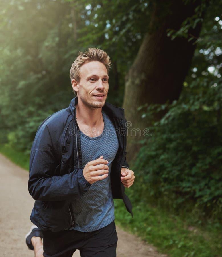 跑在单独公园的物理适合的人 库存图片