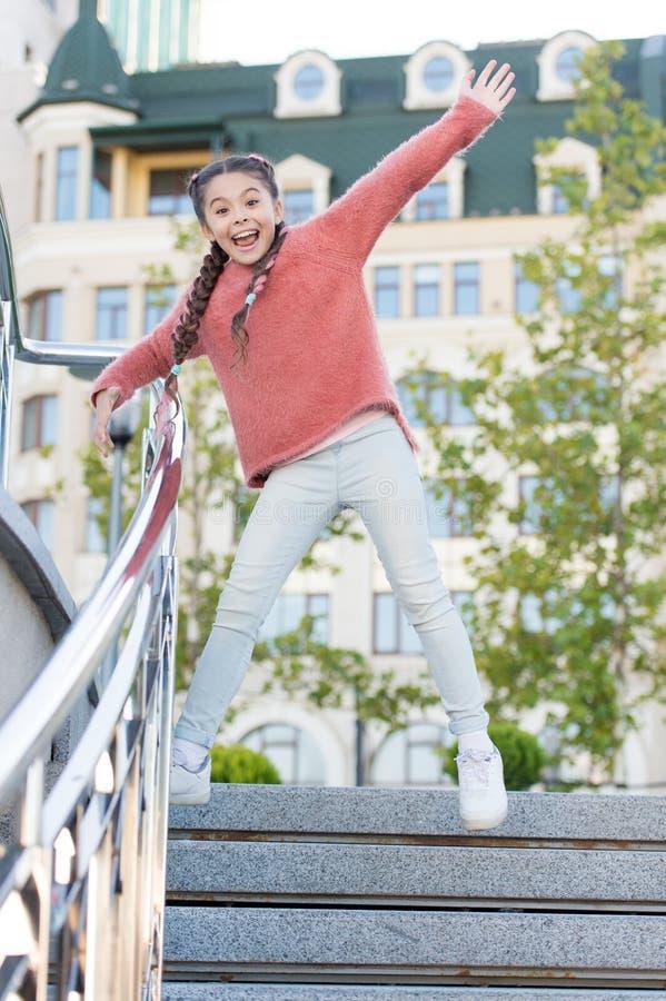 跑在台阶下 跳跃在便衣的步的愉快的精力充沛的孩子 有长发的精力充沛的女孩 库存图片