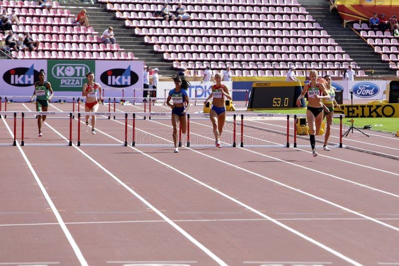 跑在国际田联世界U20冠军的运动员400米障碍在坦佩雷,芬兰2018年7月11日, 免版税库存图片