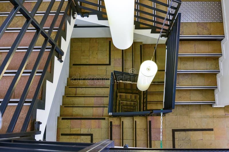 跑在圈子的螺旋台阶梯子