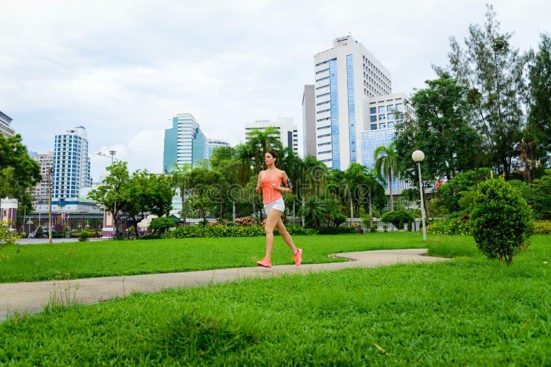 跑在城市公园的健身妇女在曼谷 免版税库存照片